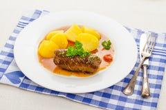 Geschmackvolles Rouladenrindfleisch mit Kartoffel und Soße Lizenzfreie Stockfotos