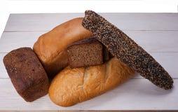 Geschmackvolles rustikales Brot auf Holztisch Lizenzfreie Stockbilder