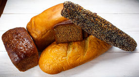 Geschmackvolles rustikales Brot auf Holztisch Stockfotos