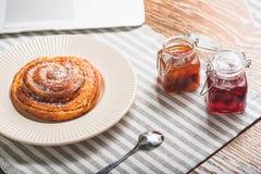 Geschmackvolles süßes Brötchen für das Mittagessen Stockfoto