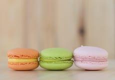Geschmackvolles süßes Macaron, Makrone auf hölzernem Hintergrund Lizenzfreie Stockfotos
