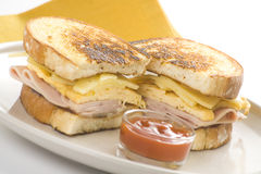 Geschmackvolles Sandwich des Schinken- und Käseomeletts Stockfotos