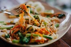 Geschmackvolles thailändisches Lebensmittel mit Nudeln lizenzfreies stockbild