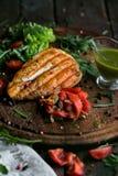 Geschmackvolles und saftiges Hühnersteak auf einer hölzernen Platte lizenzfreies stockfoto