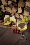 Geschmackvolles Weinabendessen mit Käse und Trauben stockfotos