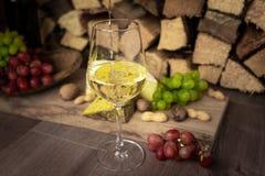 Geschmackvolles Weinabendessen mit Käse und Trauben stockbild