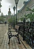 Geschmiedete Laternen, antike Bänke, Dekoration von Kiew Pechersk Lavra lizenzfreies stockbild
