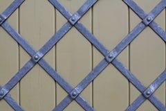 Geschmiedete Stahlbänder, die einen Diamanten auf einem Holzfuß, Hintergrund bilden Stockbild
