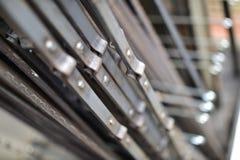 Geschmiedete Stangen mit den Nieten hergestellt vom Eisen in der silbernen Farbe stockbild