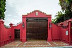 Geschmiedete Tore und Tor Frontseite des Hauses lizenzfreie stockbilder