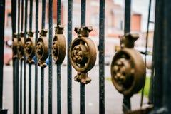 Geschmiedeter schwarzer Zaun mit sch?ner Bronzeverzierung lizenzfreies stockbild