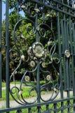 Geschmiedeter Zaun mit einer schönen Verzierung Stockfoto
