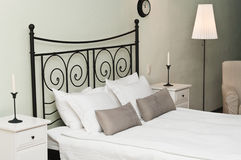 Geschmiedetes Bett mit Kissen Stockfotos