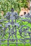 geschmiedetes Gitter des Parks in Warschau stockfotos