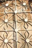 Geschmiedetes Metall stellte Gitter auf den Fenstern, ungewöhnliche Form, Solarlaterne dar lizenzfreies stockfoto