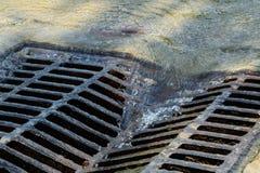 Geschmolzene Wasserströme unten durch das Einsteigeloch Stockbild