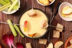 Geschmolzener Käse auf einem Stück Brot lizenzfreie stockfotos