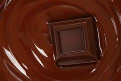 Geschmolzenes Schokoladenbratenfett mit Schokoriegel stockbilder