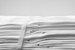 Geschnürtes Bündel weiße Stoffservietten Stockbild