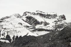 Geschneite Berge und graue Himmellandschaft Lizenzfreies Stockbild