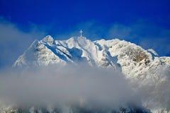 Geschneite Gebirgsspitze im Winter, Bucegi-Berge, Rumänien. Horizo Stockfotografie