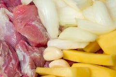 Geschnitten, Fleisch, Kartoffeln, Zwiebeln, Knoblauch Lizenzfreie Stockfotografie