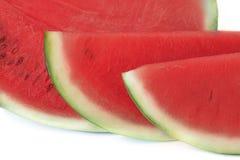 Geschnitten, oder Hälfte der Wassermelone lokalisiert auf weißem Hintergrund Stockfoto