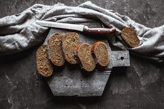 Geschnitten ringsum kein kneten Sie rustikales Brot, Quadrat lizenzfreie stockbilder