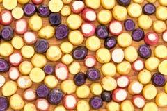 Geschnitten und überstieg Minibabykartoffelhintergrund stockfoto