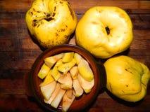 Geschnittene †‹â€ ‹frische Quitte und große Quitte der Frucht drei Stockbild