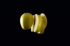 Geschnittene Äpfel, die das Zusammenstoßen in einander frei schweben Stockfotografie