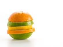 geschnittene Äpfel und orange Frucht Lizenzfreies Stockfoto