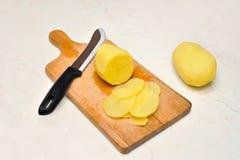 Geschnittene, abgezogene rohe Kartoffeln Stockfoto