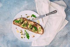 Geschnittene Avocado auf Toastbrot mit Gewürzen Stockbild