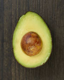 Geschnittene Avocado-Hälfte Lizenzfreie Stockfotos