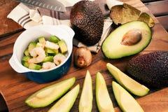 Geschnittene Avocado mit Garnelen im keramischen cocotte Lizenzfreie Stockfotografie