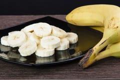 Geschnittene Banane auf einer Platte Lizenzfreie Stockfotografie