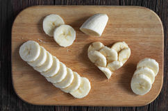 Geschnittene Bananen und Form von Herzen Lizenzfreie Stockfotos
