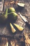 Geschnittene Birnen auf Holztisch Stockfotos