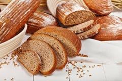 Geschnittene Broteignung mit Weizen Stockfoto