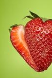 Geschnittene Erdbeere auf grünem Hintergrund Lizenzfreies Stockfoto
