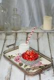 Geschnittene Erdbeere in einer Glasschüssel auf einem Weinleselehm Lizenzfreie Stockfotografie