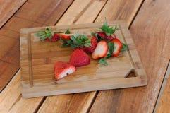 Geschnittene Erdbeeren auf einem Schneidebrett Lizenzfreies Stockfoto