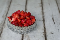 Geschnittene Erdbeeren in der Glasschüssel Lizenzfreies Stockfoto