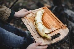Geschnittene frische Banane auf dem Brett Lizenzfreies Stockbild