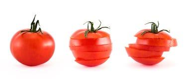 Geschnittene frische Tomaten lokalisiert über Weiß Lizenzfreie Stockfotos