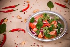 Geschnittene frische Tomaten und Zwiebeln Stockfoto