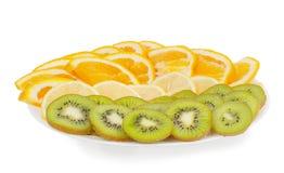 Geschnittene Frucht auf einer Platte Stockbild