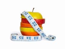 Geschnittene Frucht und ein messendes Band Stockbilder