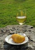 Geschnittene gelbe Birne und Glas Wein Stockbild